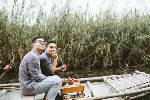 Cặp đôi ngồi thuyền khám phá vùng non nước Ninh Bình.