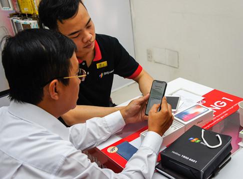Khách hàng nhận iPhone X trong ngày mở bán chính thức tại Việt Nam