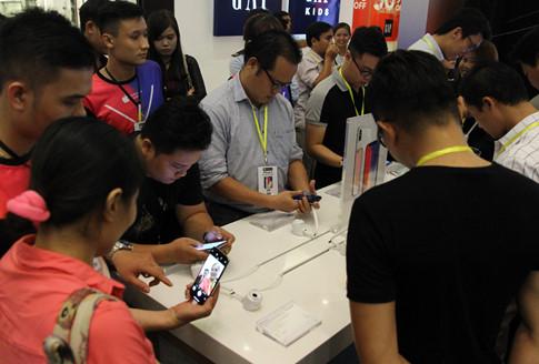 Khách hàng trải nghiệm iPhone X tại ngày mở bán của Thế Giới Di Động
