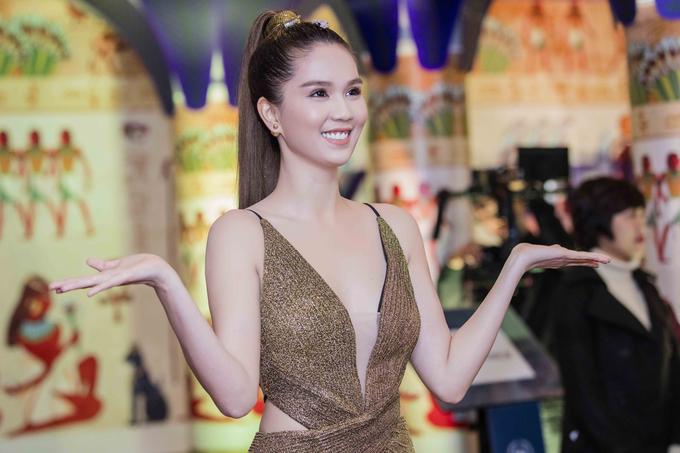 Khi đi diện sự kiện tại Hà Nội hai người đẹp chọn cho mình những phong cách đẹp nhưng đối ngược nhau về phong cách.