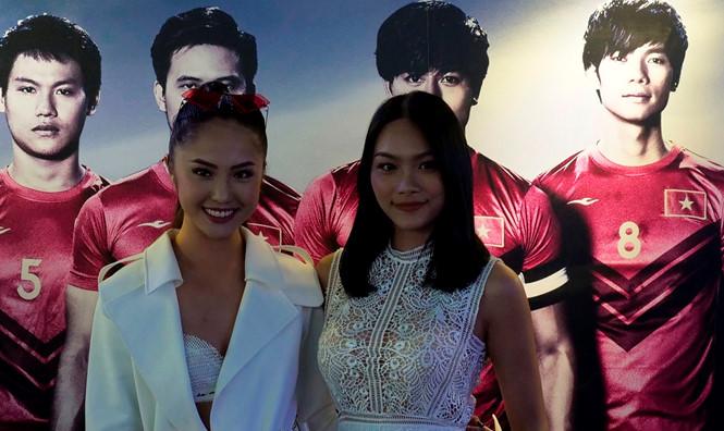 Thanh Tú (phải) đọ sắc bên bạn diễn Rima Thanh Vy