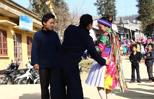 Tục vỗ mông là nét đẹp văn hóa lâu đời của người H'Mông