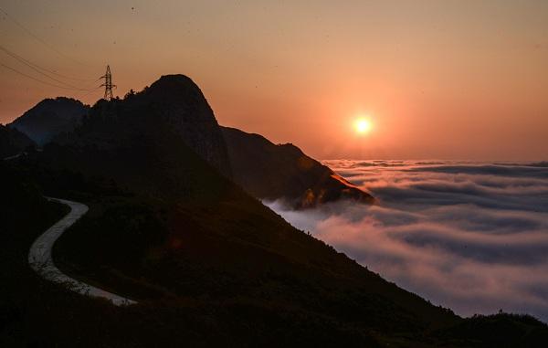 Lúc sáng sớm cung đường lên đỉnh núi mờ ảo