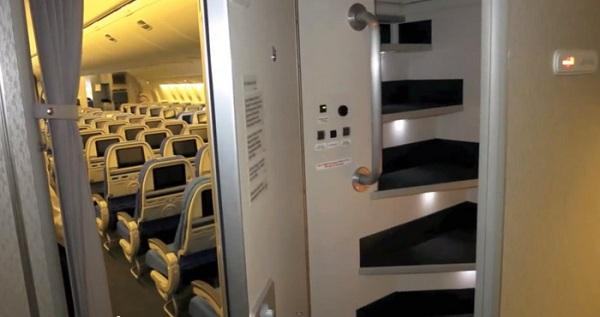 Cánh cửa này sẽ mở ra một cầu thang dốc dẫn đến một khoang khá nhỏ, nơi đặt những chiếc giường tầng cho các thành viên phi hành đoàn ngủ.