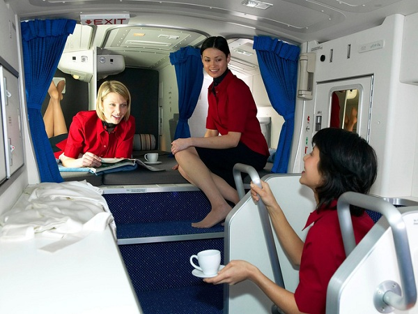 Trên những máy bay thân rộng như Boeing's Dreamliner, có một căn phòng nhỏ được ngụy trang như một chiếc tủ nhỏ nếu nhìn từ bên ngoài