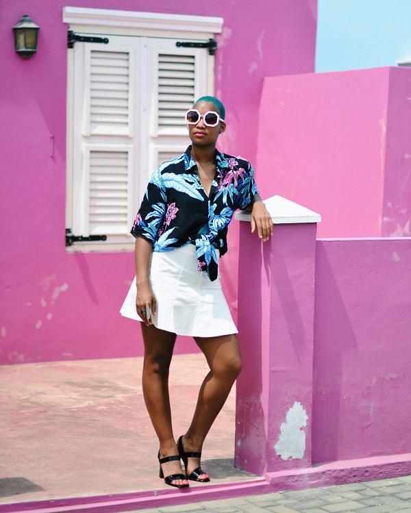 Một phụ nữ Curacao khoe dáng sành điệu, cá tính