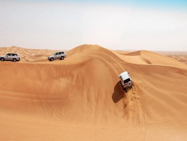 Vượt những con dốc cát cao là một thử thách đối với tay lái.