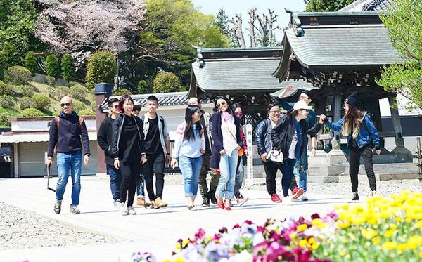 Nhật Bản là một trong những điểm đến ưa chuộng nhất của người Việt. Trong ảnh: nhóm du khách Việt tham quan đền Naritasan tại Tokyo