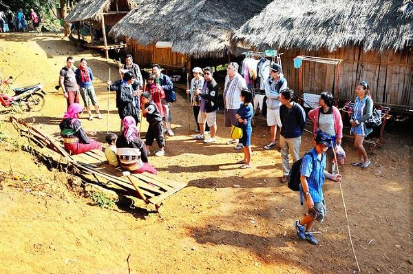 Nhóm khách gia đình người Việt thăm ngôi làng của người cổ dài ở Chiang Mai (phía tây bắc Thái Lan) -
