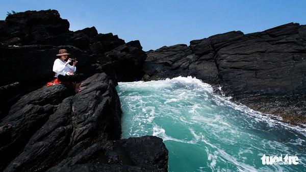 Những ghềnh đá đen ngàn năm sóng vỗ có sức cuốn hút mãnh liệt những phượt thủ khi đến Tam Hải