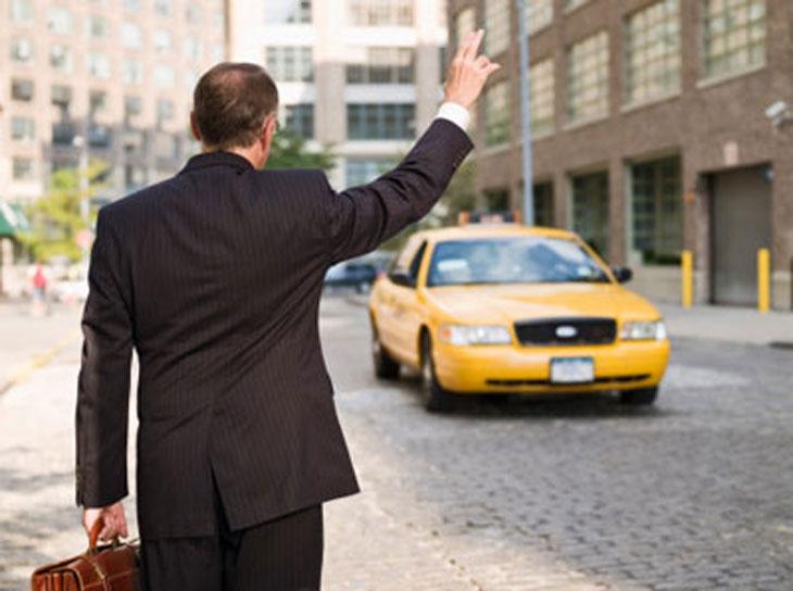Hãy để ý xe taxi ở nơi bạn đến xem chúng có màu gì, logo và hình dáng ra sao